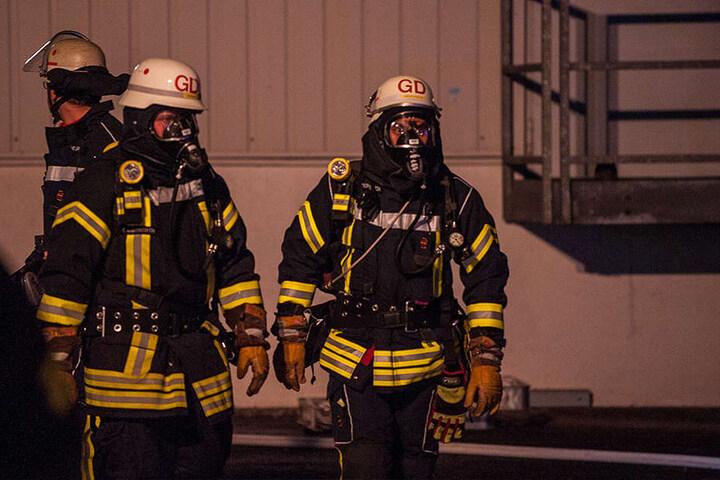 Mittels Atemschutz gingen die Einsatzkräfte in die Halle.