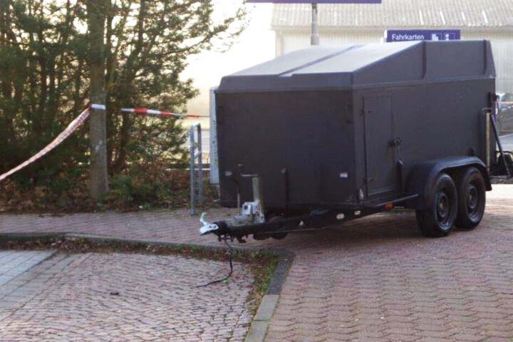 Der Anhänger des Brockenballons wurde schwarz umlackiert am Bahnhof Bad Sachsa gefunden.