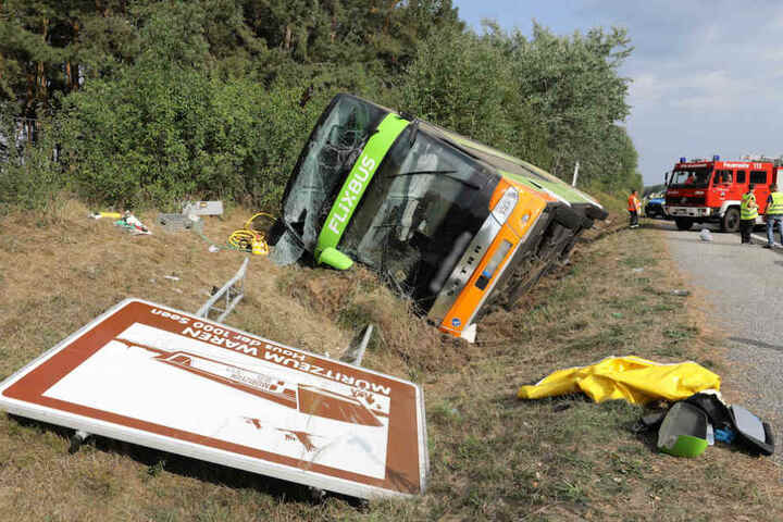 Der Unglücksbus hat auch noch ein Hinweisschild umgemäht.
