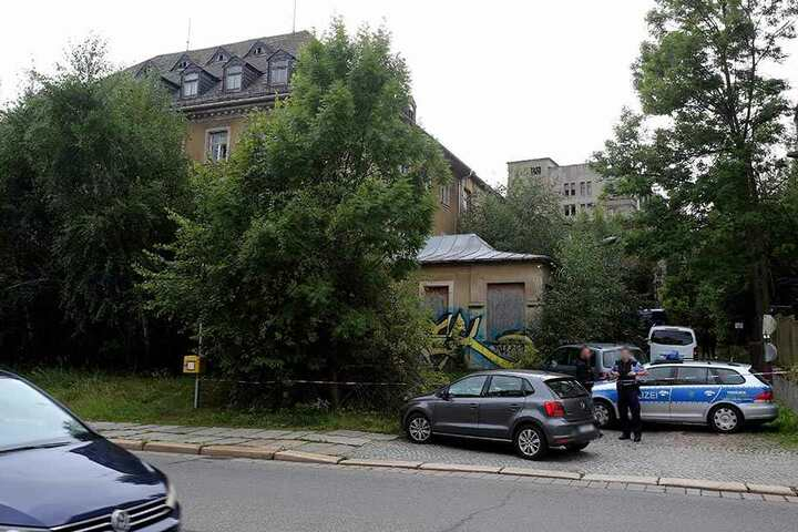 Die Kriminalpolizei untersucht den Fundort an der Zwickauer Straße.
