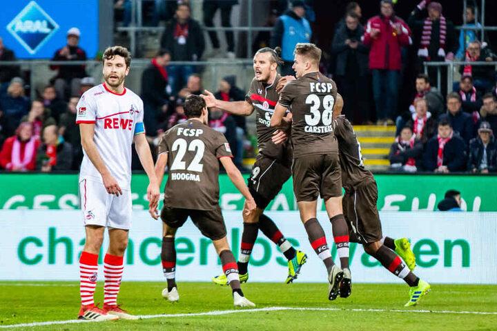 Köln-Schreck Alexander Meier (3.v.r.) hatte das 1:1 erzielt.