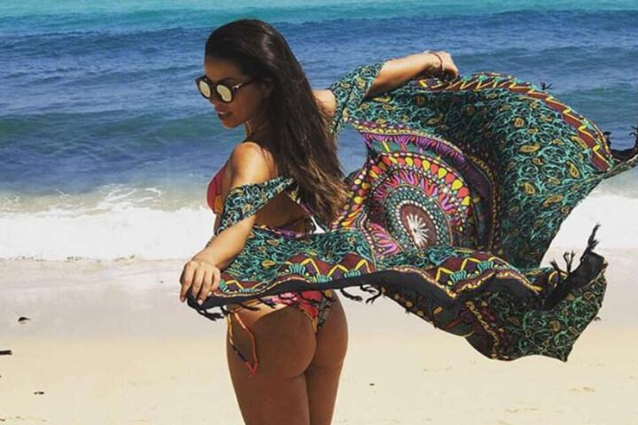Fernanda Brandao zeigt sich im Bikini am Strand.