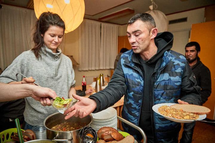 Ihr dritter Einsatz: Helferin Greta Granek (26) verteilt Linsensuppe an Danyi (35) aus der Slowakei.