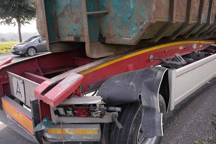 Der Hinterreifen des vorderen Lkw wurde beschädigt.