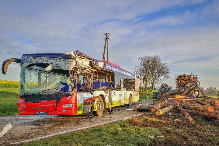 Der Bus ist bei dem Unfall völlig zerstört worden.