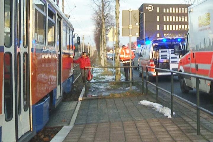 Der Straßenbahnverkehr der Linie 3 wurde für etwa eine Stunde unterbrochen.