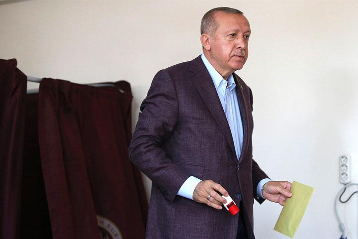 Recep Tayyip Erdogan bei der Stimmabgabe.