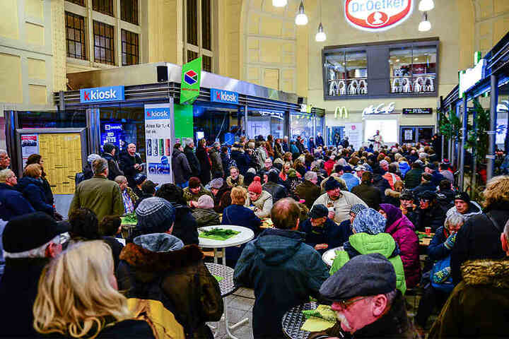 Hunderte Obdachlose und Hilfsbedürftige versammelten sich zum gemeinsamen Weihnachtsfest in der Bahnhofshalle.