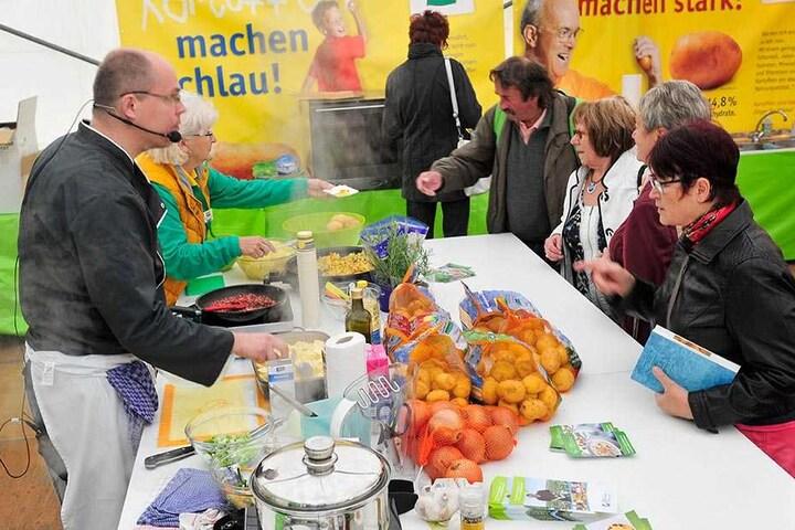 Koch Stefan Hoffmann (44) zeigt beim Schaukochen verschiedene Gerichte aus Kartoffeln, die anschließend von den Besuchern verkostet werden können.