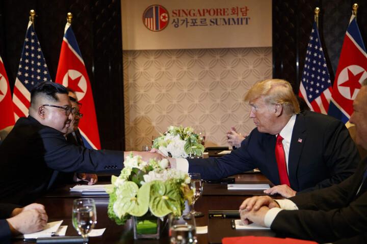 Konnten gar nicht genug vom Händeschütteln bekommen Kim Jong Un und Donald Trump