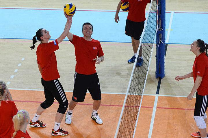 Trainings-Einheiten von Alexander Waibl mit den tschechischen Volleyballerinnen gehören künftig der Vergangenheit an.