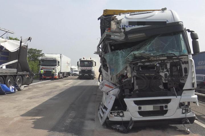 Insgesamt wurden vier Lkw bei zwei Unfällen beschädigt.