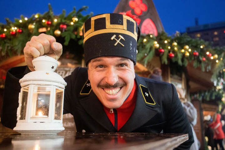 """Gastronom Henrik Bonesky (39, """"henrics"""") war zum Start des Chemnitzer Weihnachtsmarktes als Bergmann unterwegs."""