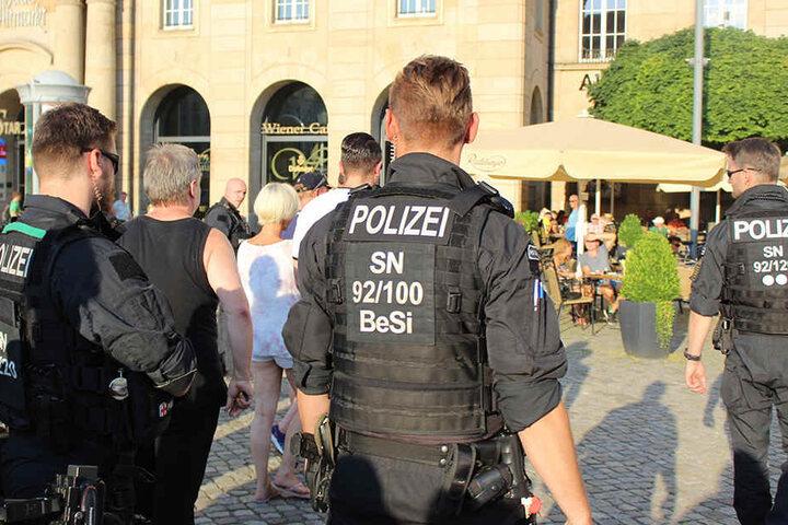 Platzverweis! Polizisten führten Rechte weg.