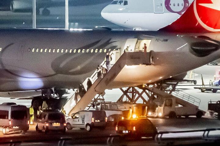 Aus der Türkei abgeschoben Personen werden am Flughafen Tegel von der Polizei in Empfang genommen.
