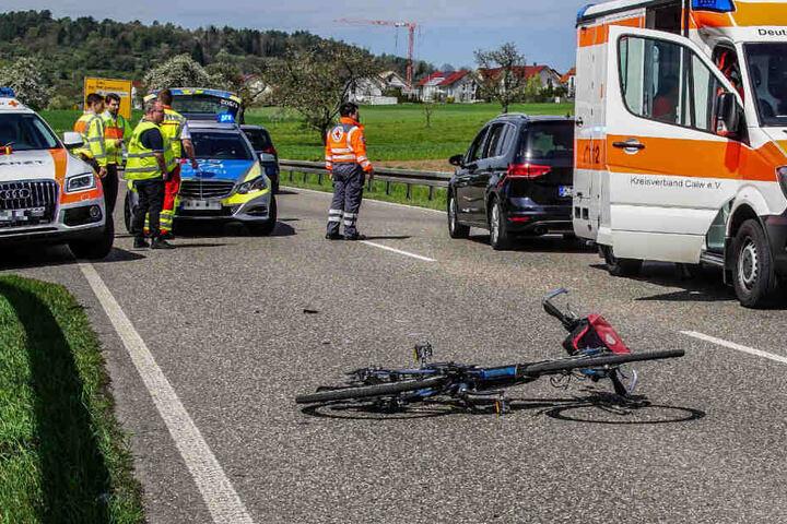 Der Fahrradfahrer wollte, von einem Feldweg kommend, die B295 bei Simmozheim überqueren und wurde dabei von einem Auto erfasst.