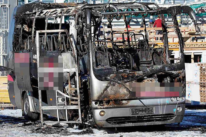 Der Bus brannte komplett aus.
