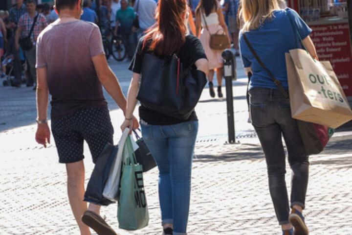Nach dem verkaufsoffenen Sonntag geht's mit vollen Taschen nach Hause. (Symbolbild)