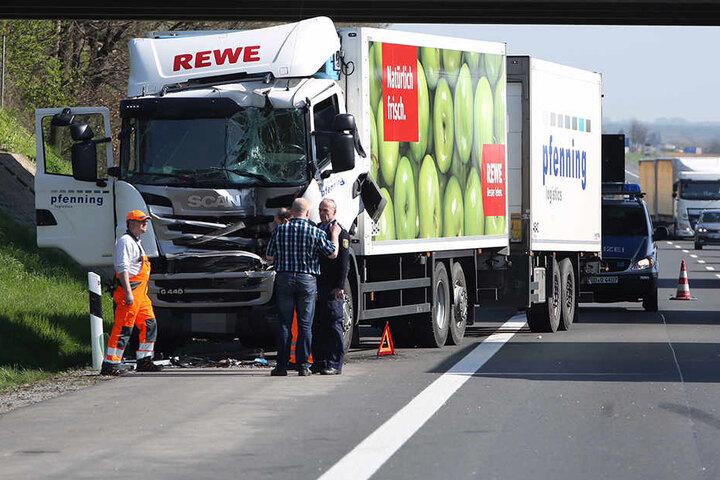 Zwei Lkw stießen am Montagvormittag auf der Autobahn zusammen.