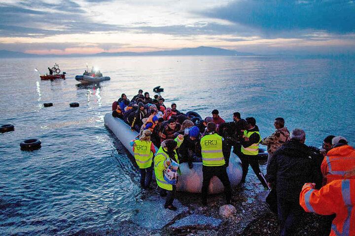 Flüchtlinge kommen am 15.04.2018 in einem Schlauchboot aus der Türkei in der Nähe der griechischen Hafenstadt Mytilini an.