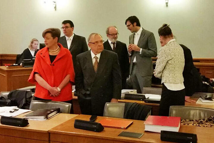 Die angeklagten Ex-Vorstände Herbert Süß 76 (Mitte vorn) und Stefan Leusder 60 (hinten 2.v.l.).