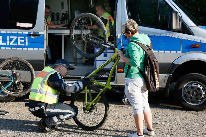 Oberkommissar Schneider sah sich die Räder ganz genau an, 90 Prozent der Fahrräder fielen bei der Kontrolle durch.