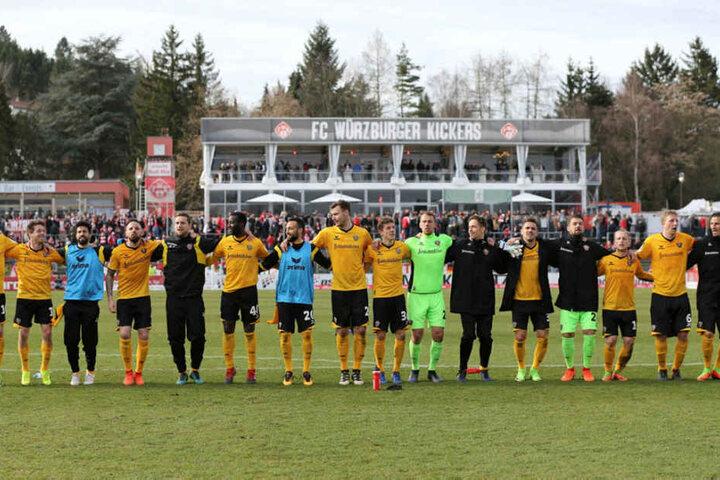 Dankeschön! Die Dynamos aufgereiht  vor ihren mitgereisten Fans. Foto: Worbser-Sportfotografie