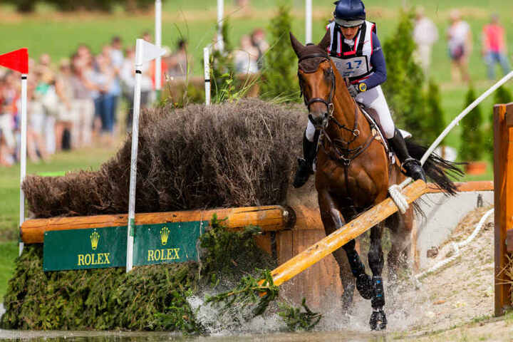 Die Reiterin Selina Milnes aus Großbritannien auf dem Pferd Iron kommt an einem Hindernis ins straucheln.