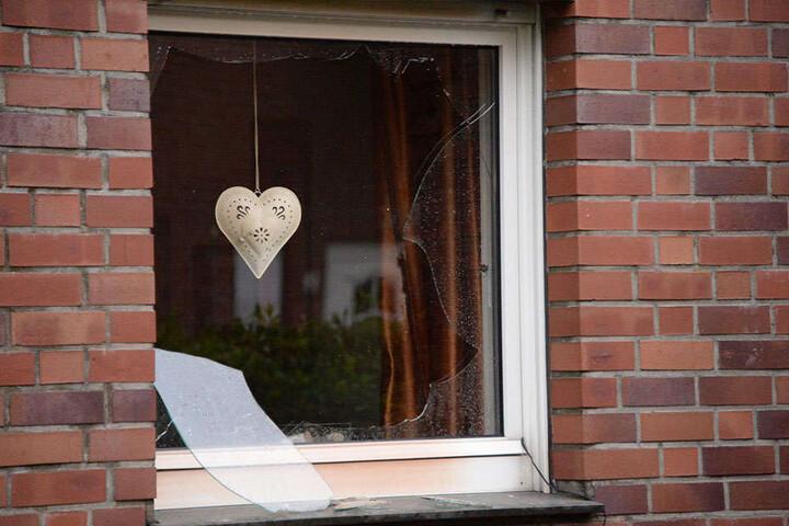 Die äußerste Scheibe des Fensters zum Haus war durch die Hitze zerschlagen worden, die innere hielt zum Glück.