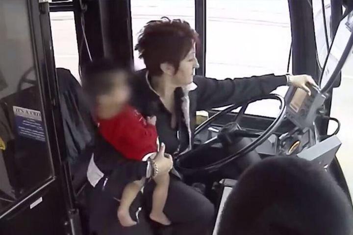 Irena Ivic informierte die Polizei in Milwaukee County. Bis die Beamten da waren, hielt sie den Knirps bei sich und wärmte ihn.