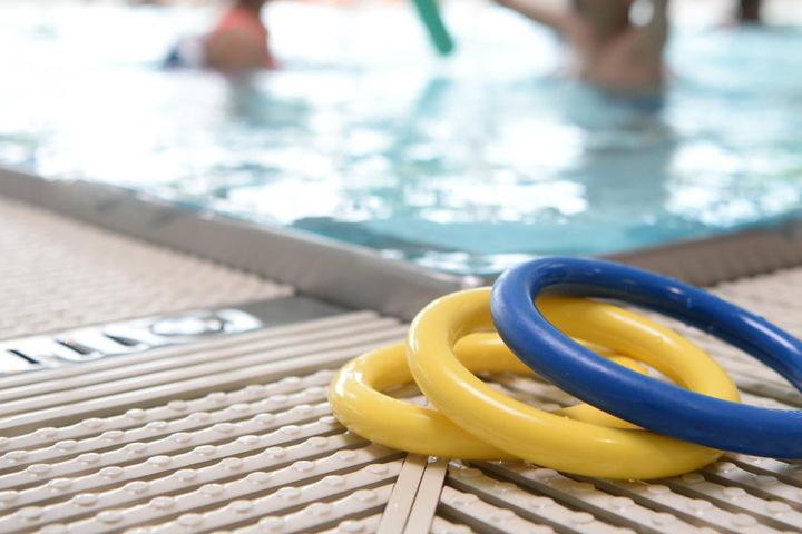 In einem Schwimmbad in Delmenhorst soll es einen Vorfall mit einem Spanner gegeben haben (Symbolbild).