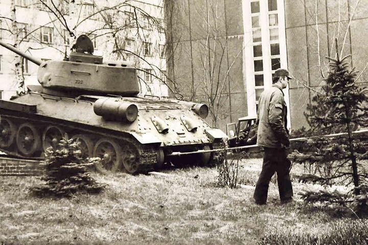Im März 1991 wurde der T34-Kampfpanzer von Bundeswehrsoldaten  vom Sockel gezogen.