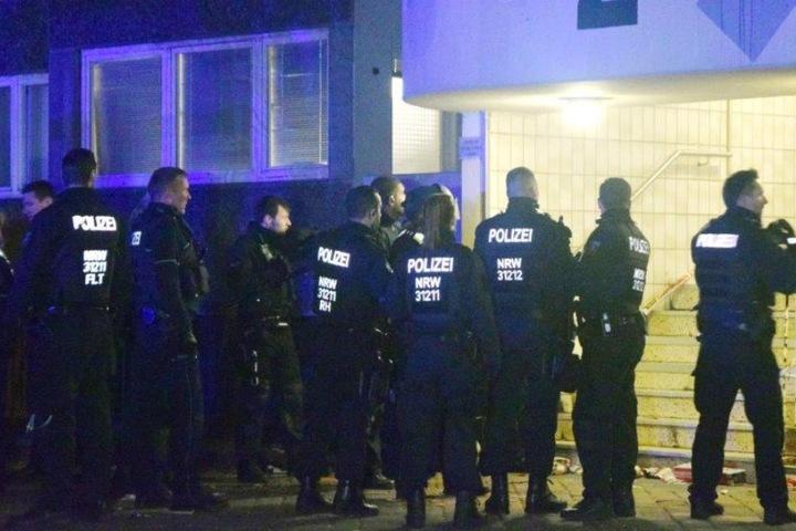 Ein Großaufgebot der Polizei beruhigte die Lage in Köln-Meschenich.