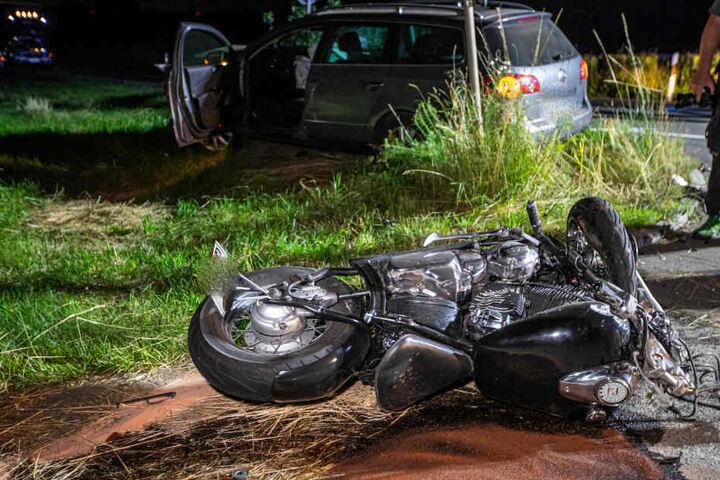Das Motorrad liegt auf dem Boden.