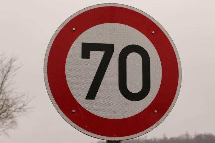 Die Unbekannten hängten einfach ein Tempo 70-Schild in der Nähe der Schule auf. (Symbolbild)