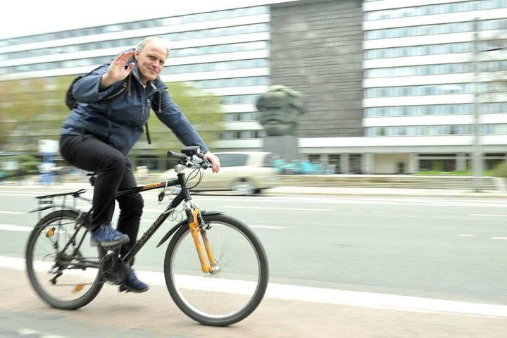 Stadtrat Bernhard Herrmann (51) auf dem riskanten Radweg in der Brückenstraße.