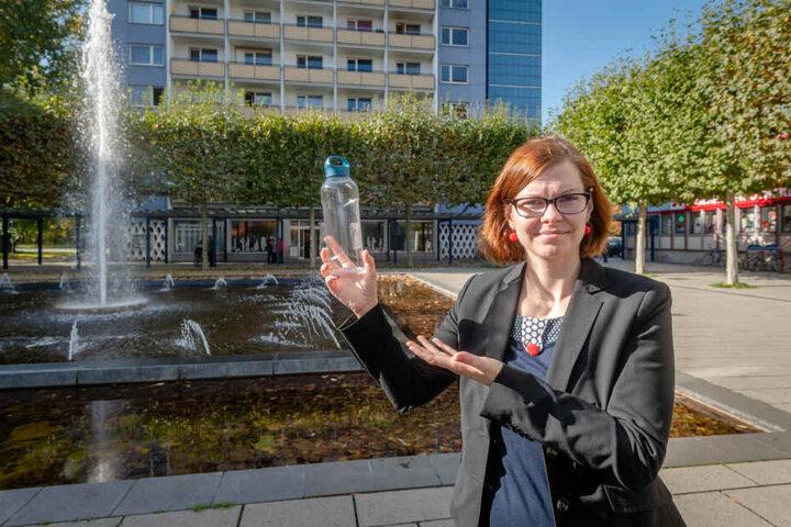 """""""Prima Idee"""": Politikerin Sabine Pester (34, Linke) mit einer Trinkflasche zum Füllen."""