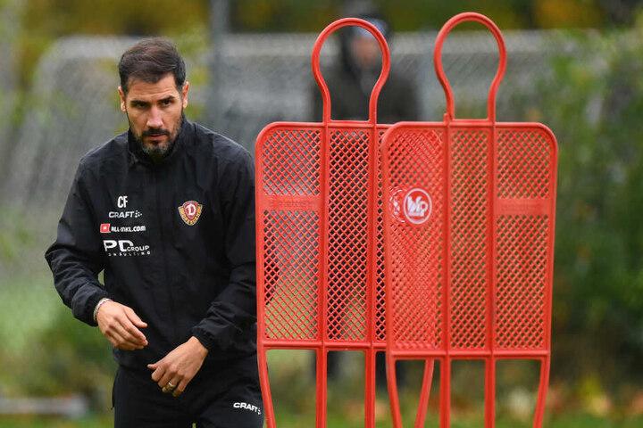 Dynamo-Coach Cristian Fiel am Dienstag beim Training. Er schaut konzentriert. Das müssen seine Jungs auch sein, um gegen Wiesbaden bestehen zu können.
