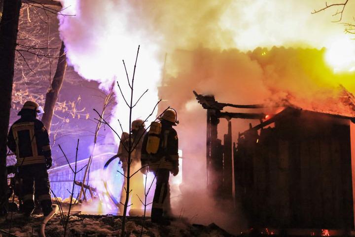 Die Waldhütte stand lichterloh in Flammen.