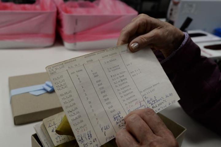 James Harrison zeigt die Unterlagen seiner ersten Blutspende aus dem Dezember 1966.