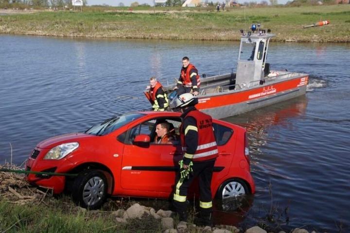 Das Fahrzeug wurde mit einer Seilwinde aus dem Wasser gezogen.