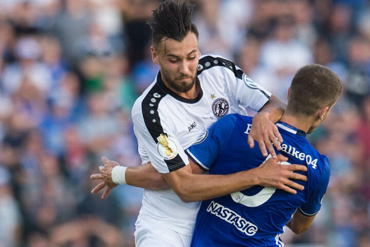Im DFB-Pokalspiel prallte Schalkes Matija Nastasic (rechts) mit BFC Dynamos Rufat Dadashov zusammen.