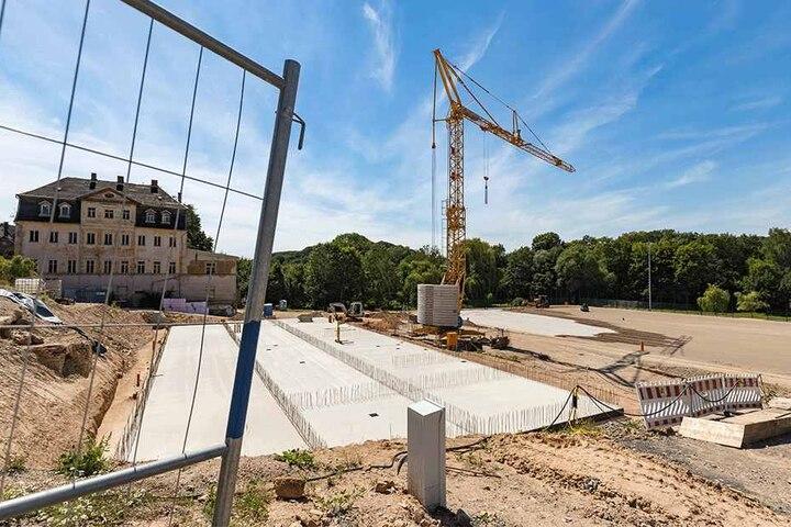 Die Vorbereitungen für die Verlegung des neuen Rasens auf dem künftigen Sportplatz des FV Wolkenburg stehen kurz vor dem Abschluss.