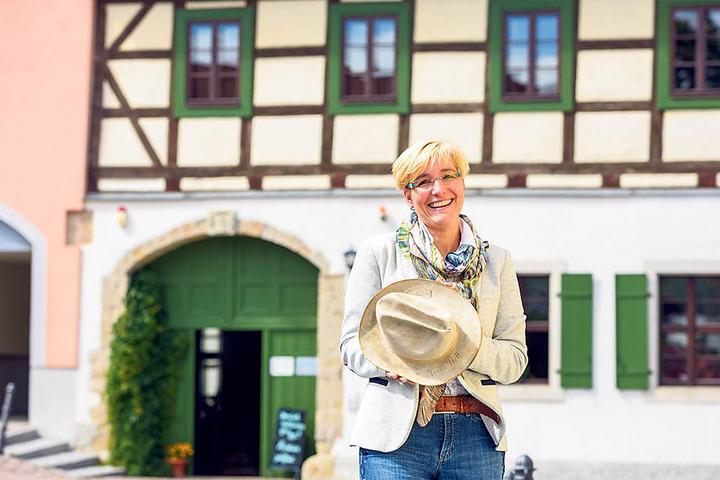 Lommatzschs Bürgermeisterin Anita Maaß (40, FDP) mit dem Terence-Hill-Hut. Diesen schenkte  der Star der Stadt. Heute ist das Stück im Museum ausgestellt.