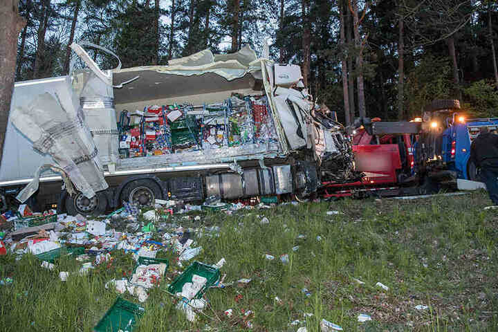 Der Laster verlor einen Teil der Ladung.