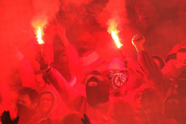 Auch in deutschen Stadien wird regelmäßig Pyrotechnik gezündet. Hier hüllen Anhänger von Union Berlin ihren Block in Rauch.