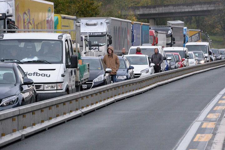 Die Autos stauten sich viele Kilometer lang.