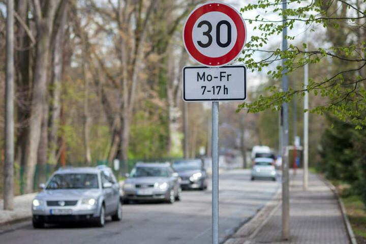 Runter vom Gas: Tempo 30 nur vor Schulen, Kitas und Seniorenheimen oder in der ganzen Stadt. Darüber streitet der Stadtrat.