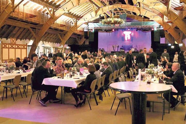 """Im wunderschönen Brauereigutshof in Wernesgrün feierten die """"Veilchen"""" ihre 3. lila-weiße Nacht."""