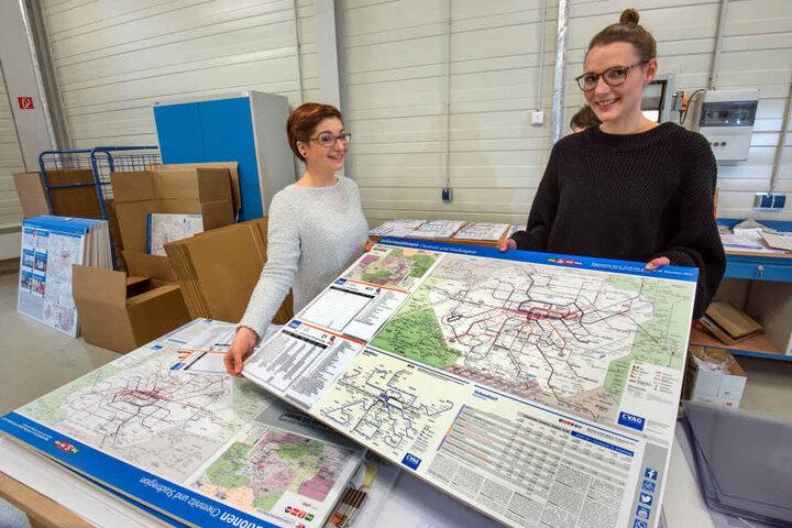 """Das """"neue Netz"""" startet am Sonntag. Susanne Herold (25, l.) und Sarah Koch (28) mit den neuen Netzplänen, die ab heute ausgeliefert werden."""